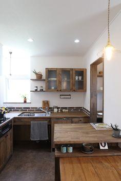 コンパクトながら煉瓦やチェッカーガラスなどお気に入りの素材を使って仕上げたL型木製キッチン。キッチン横にはパントリー、そして対面には作業台を兼ねたカウンターも備えた使い勝手のよい空間に仕上がりました。 #キッチン