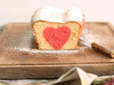 Wie kommt das Herz denn da in den Kuchen rein? Wie Du diesen super raffinierten Kuchen mit Herz selber backen kannst, verrät Dir Frau Zuckerstein mit diesem tollen Rezept.