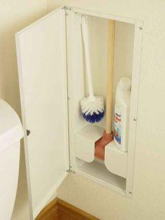 Instala un gabinete interno en la pared para tus artículos de aseo del baño.