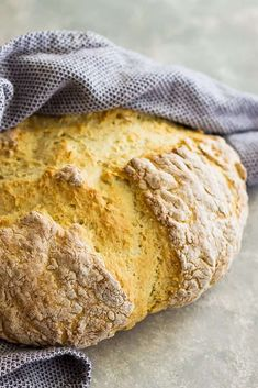 Traditional Irish Soda Bread - this Irish Soda Bread recipe only requires 4 ingredients! It doesn't use yeast so it's simple to make! Bread Maker Recipes, Loaf Recipes, Easy Bread Recipes, Panini Recipes, Rub Recipes, Fun Baking Recipes, Cooking Recipes, Healthy Cream Cheese, Traditional Irish Soda Bread
