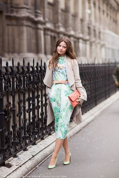 This look is so beautiful. I love the colors and how its accessorized. Great backdrop as well.   Image from: Carolines Mode | StockholmStree...