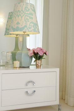 Adoro a cor do candeeiro com o mobiliário branco!