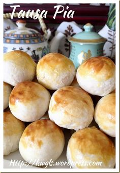 Tambun Biscuits or Tausa Pia or Mung Bean Pastry (淡文饼 / 豆沙饼) Posted on August 2015 by Kenneth Goh Asian Desserts, Just Desserts, Chinese Moon Cake, Chinese Bun, Chinese Food, Puff And Pie, Asian Cake, Dough Ingredients, Apple Bread