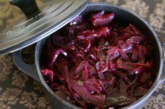 Chou rouge à la lilloise. Acides et bases pour un accompagnement traditionnelle de la cuisine du Nord.. La recette par Chef Simon.