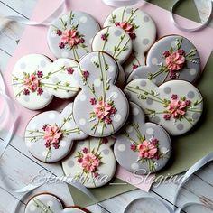"AmericanTraditionCookieCutters on Instagram: ""@ekaterina_slegina"" Mother's Day Cookies, Crazy Cookies, Fancy Cookies, Iced Cookies, Cute Cookies, Easter Cookies, Sugar Cookies, Cookie Decorating Icing, Royal Icing Cakes"