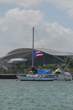 Velero frente al Centro de Convenciones en la Bahía de San Juan, Puerto Rico