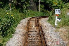 投石への悪用も なぜ線路には石が敷かれているのか