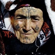Lucienne Brousse& book on Berber tattoos seeks to preserve Algeria& culture. We Are The World, People Of The World, Berber Tattoo, Facial Tattoos, Tattoos For Women, Woman Tattoos, Mother Goddess, North Africa, World Cultures