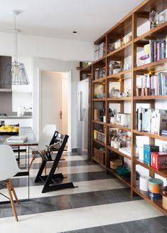 Organic Modern Buenos Aires Home Tour Living Room Sofa, Apartment Living, Living Room Decor, Apartment Therapy, Dream Apartment, Living Rooms, Floor To Ceiling Bookshelves, Cool Bookshelves, Bookcases