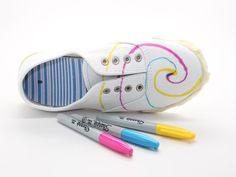 Making tie dye sneakers with Sharpies will satisfy your kid's deepest desire to tie dye -- without destroying your house. Tie Dye Shoes, How To Dye Shoes, How To Tie Dye, Summer Camp Crafts, Summer Activities, Family Activities, Indoor Activities, Summer Fun, Lush Henna Hair Dye