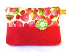 Trousse à cosmétiques, tissu fraises et breloque gourmande : Trousses par toucan