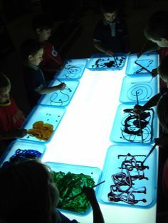 Painting on the Light Table (from La Vall) use clear cd cases! Reggio Emilia, Sensory Activities, Activities For Kids, Reggio Children, Art Children, Licht Box, Sand Table, Light Board, Shadow Play