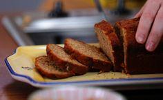 Rita Lobo ensina a fazer um bolo fácil de banana para o café da manhã: sem batedeira