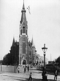Op de hoek van de Oranjeboomstraat en de Persoonsstraat stond tot 1973 de hervormde Wilhelminakerk, die door architect B. Hooijkaas jr. was ontworpen.  De bouw van de kerk, die in 1898 in gebruik was genomen, was mogelijk gemaakt door de giften van vier welgestelde Rotterdammers. Na de oorlog kreeg de kerk grote bekendheid door de orgelconcerten die Feike Asma er gaf.
