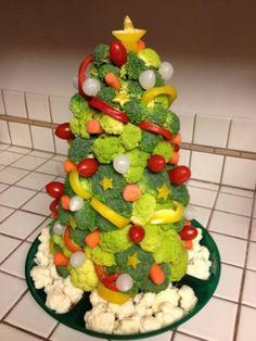 Des idées amusantes pour décorer votre table de Noël! Avec une pomme coupée en deux pour faire la base et un pic à brochette en bois vous pourrez monter un sapin avec des triangles de fromage! Ou bien des tranches de concombre, de citron, de salami,