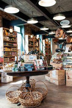 Casa Carandaí--O primeiro andar da nossa loja repleto de produtos e comidinhas gostosas para os clientes levarem para casa. Lá atrás, temos o Café Carandaí e, no segundo andar, o mezanino de vinhos. Cafe Interior, Shop Interior Design, Cafe Design, Design Design, Deli Shop, Cafe Shop, Tante Emma Laden, Retail Store Design, Small Store Design