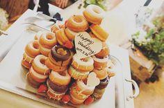 ウェディングケーキの代わりの演出ドーナツタワーが珍しくて可愛い | marry[マリー]
