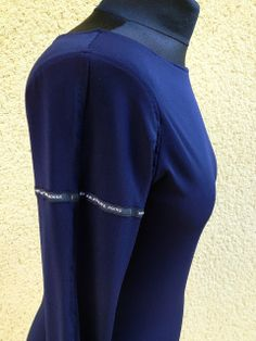 longsleeve blue with round label on sleeve