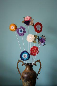 Birkaç tane keçe çiçek yapımı - http://kendinyapblogu.com/birkac-tane-kece-cicek-yapimi/