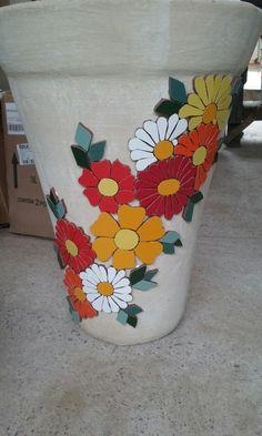 Floral em vaso de cimento.