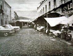 Av. Corregidora, vista de norte a sur y al fondo el Cerro del Cimatario, a la derecha el Gran Hotel. La fotografía es de principios de los 60´s poco antes que derribaran el Mercado Pedro Escobedo donde ahora se encuentra la Plaza de la Constitución
