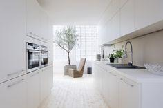 Des cuisines design à prix discount chez Fly Brimnes, Design Lotus, Design Ikea, Wall Shelving Units, Happy Kitchen, Zen Kitchen, Room Tiles, Deco Design, Fashion Room
