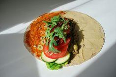 Wegańska tortilla z warzywami, czerwonym pesto i hummusem | nieco dzienność
