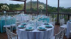 Festa azul tiffany com mesas redondas.