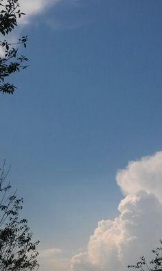 학교 가을 하늘 fall cloud 2014.08.29 by kangsu Cloud Wallpaper, Tumblr Wallpaper, Cool Backgrounds, Phone Backgrounds, Aesthetic Pastel Wallpaper, Aesthetic Wallpapers, Sunset Tumblr, Aesthetic Captions, Light Blue Aesthetic