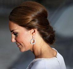 http://www.fashionassistance.net/2012/07/kate-middleton-se-recoge-la-melena-en.htmlFashion Assistance:   Kate Middleton se recoge la melena en un moño bajo. Beautiful Kate!