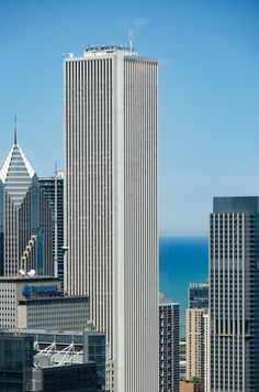 Aon Center Edward Durell Stone) At 83 floors, Aon is the third tallest building in Chicago. Chicago Usa, Chicago City, Chicago Illinois, Chicago Architecture Foundation, Modern Architecture, High Building, Building Design, Chicago Buildings, Milwaukee City