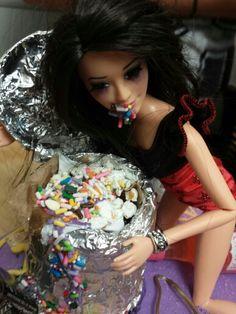 Drunk Barbie Cake Barbie Detail Drunk Barbie Cake, Barbie Funny, Bad Barbie, Barbie Life, 21 Bday Ideas, Birthday Ideas, 22nd Birthday Cakes, Cake Land, Girls Time