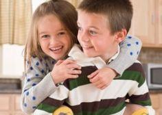 Você aprende a compartilhar desde cedo = Se você e seu irmão tem idades próximas, com certeza brigaram muito! Às vezes pelo último pacote da bolacha, ou então aquele brinquedo favorito! O fato é que ter um irmão te ensina muito sobre compartilhar, mesmo que você queira preservar sua individualidade, aprender a dividir é essencial. Não só para quando se é criança, mas para a vida toda. Aprender a dividir te torna um adulto mais consciente do mundo ao seu redor.
