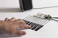 Touch Board 觸控板套裝內建有觸控感測器的 Arduino 晶片,可配合導電漆使用