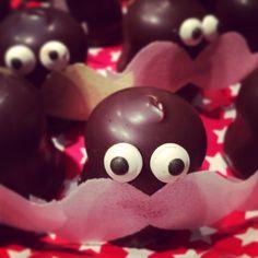 Traktatie makkelijk zelf te maken. Negerzoen, snoepoogjes en snorretje geknipt uit snoeppapier. Vastgeplakt met chocolade uit versierstift. Treat party, easy to make.