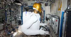 A Nasa fez a primeira rodada de testes de um robô humanóide no espaço.O Robonauta2 ou R2 operou válvulas em um painel do laboratório Destiny da ISS. - Imagens e notícias sobre o espaço (2013) - Fotos - UOL Notícias
