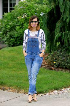 Look casual: jardineira jeans com camiseta listrada e espadrille estampada
