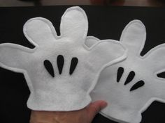 Small Mickey Inspired felt gloves Example Mickey Mouse Gloves, Mickey Mouse Costume, Minnie Mouse Halloween, Mickey Minnie Mouse, Disney Felt Ornaments, Felt Ornaments Patterns, Felt Patterns, Disfraz Mickey Mouse, Mickey Craft