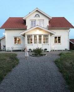 White house Source by andreasroddewig Swedish Cottage, Swedish House, Cottage House Plans, Cottage Homes, Small Cottage Designs, Red Roof House, Scandinavian Home, House Goals, My Dream Home