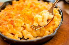 Αγαπημένο πιάτο των Αμερικάνων , πλούσιο σε τυρί ! Μια καλή ιδέα για κυρίως πιάτο , συνοδευόμενο από μια σαλάτα ! Ελπίζουμε να σας αρέσει ! Εκτέλεση Σε μια κατσαρόλα με βραστό νερό βράστε τα μακαρόνια εως ότου είναι al dente και σουρώστε τα. Σ'ένα άλλο σκεύος λιώνετε το βούτυρο σε μέτρια φωτιά. Προσθέτετε το …