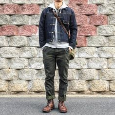 A black denim jacket and olive chinos are essential menswear pieces, without which no closet would be complete. Round off with brown leather casual boots to bump it up a notch. Mens Boots Fashion, Dope Fashion, Girl Fashion, Workwear Fashion, Fashion Outfits, Fashion Blogs, Fashion Trends, Olive Chinos, Green Chinos