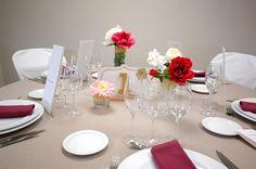 """Detall centre de taula """"Golden"""" i granate. www.eventosycompromiso.com"""