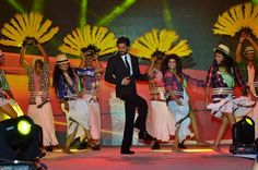 Embedded image permalink-SRK dancing on the steps Lungi Dance at Gitanjali Bollywood Night.