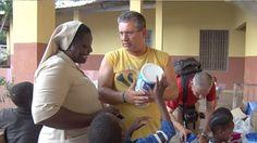 No Orfanato Banbaran entrega de leite em pó http://r.linkincrivel.com/blog-mensagem