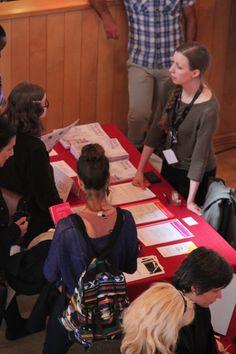 Utställare och besökare på Kulturjobbsmässan.