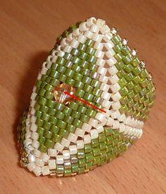 un nom barbare pour ceux qui ne sont pas familiarisés avec le tissage de perles ... matériel : Délica 11/0 Toupie 4 mm sur le schéma : les perles rouges sont celles du rang actuel, les perles grises sont celles des rangs précédents. réalisez le début...