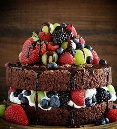 Праздничный шоколадный торт с фруктами и ягодами
