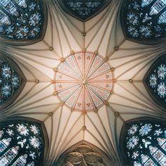 Vaults van David Stephenson, het interieur van kathedralen vanuit een perspectief dat je niet zo vaak zo bekijkt, recht omhoog (tenzij je dood bent en je er je zielemis hebt, maar dan heb je je ogen dicht). Indrukwekkend, die gewelven. (via artsyrup:)
