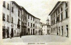 Palazzo Ceroni Bernabei nei primi anno Trenta, con facciata rifatta e porte al pianterreno La foto è stata scattata prima del 1933, perché sulla sinistra non c'è la Cassa di Risparmio di Firenze ma la Banca di Credito e Sconto, che fallì in quell'anno.