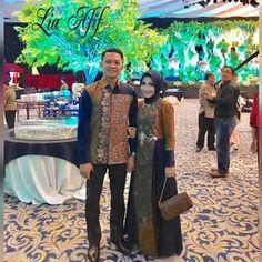 Alhamdulillah... Mr Arie & Mrs Anti Arie wearing my design.. Thanks a lot mbakkuuhh sayang....sudah berkenan dgn koleksi couple saya .… Batik Blazer, Blouse Batik, Batik Dress, Gamis Simple, Batik Muslim, Dress Batik Kombinasi, Batik Couple, Batik Kebaya, Batik Fashion